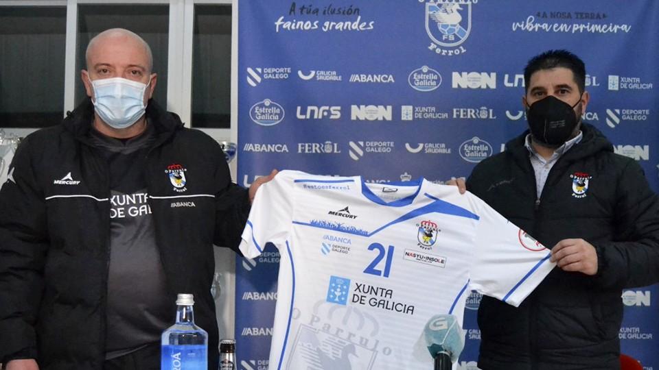Maca (izq), durante su presentación como nuevo entrenador de O Parrulo Ferrol, junto con Iván López, director deportivo de la entidad ferrolana.