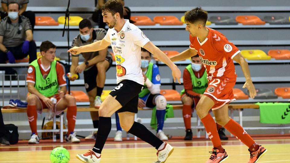 Javi Mínguez, del Ribera Navarra FS, conduce el balón ante Avellino, del Jimbee Cartagena