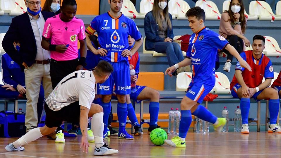 Marcos Forga, jugador del Full Energía Zaragoza, ante Rafita, de Rivas Futsal. (Foto: Andrea Royo López)