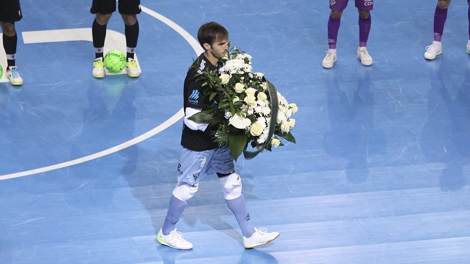 Carlos Barrón, capitán del Palma Futsal, con el ramo de flores que subió centro de flores al palco para homenajear a Miquel Jaume.