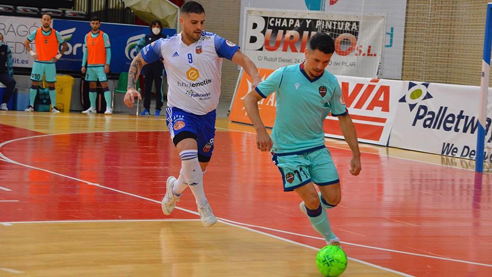 Gallo, del Levante UD, con el balón ante Juanqui, del Fútbol Emotion Zaragoza.