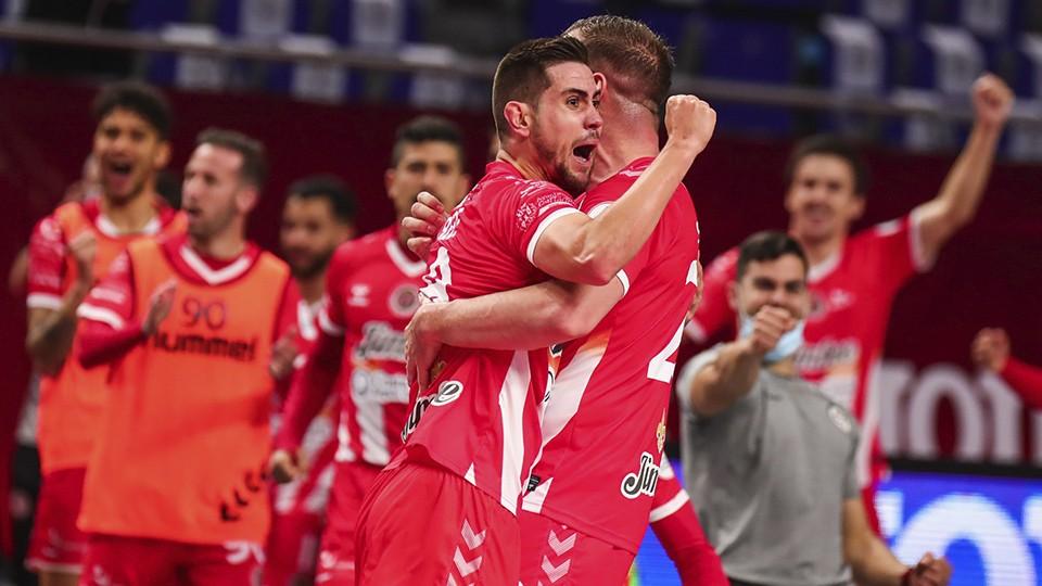 Bebe y Solano, de Jimbee Cartagena, celebran un gol.