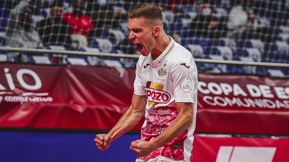 Alberto García, jugador de ElPozo Murcia Costa Cálida, celebra un tanto.