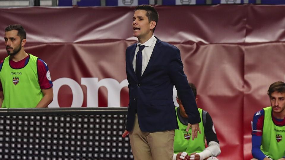 Diego Ríos, entrenador del Levante UD, durante un partido.