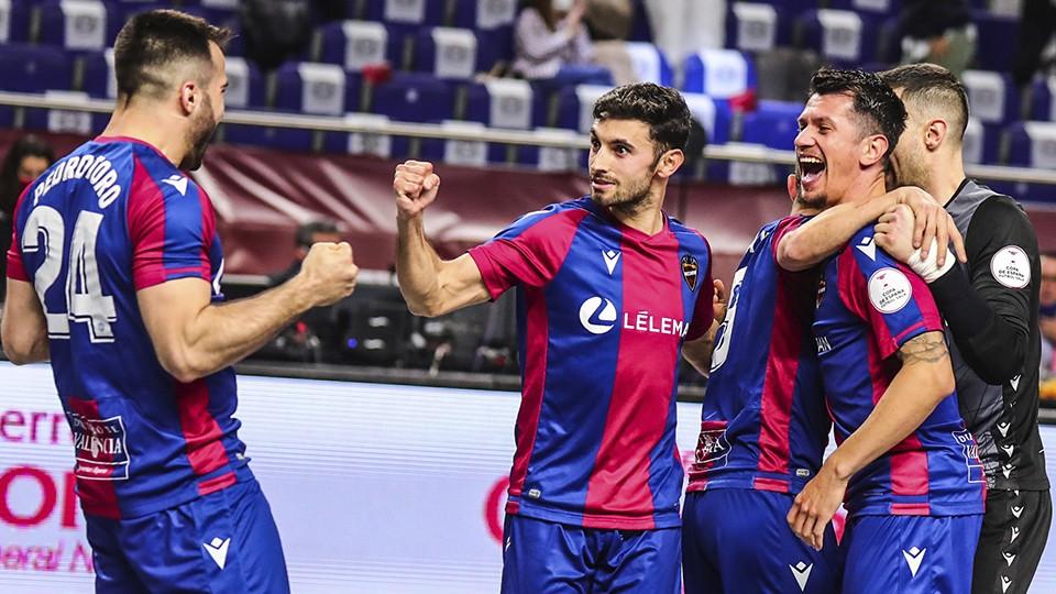 Los jugadores del Levante UD FS celebran un tanto.