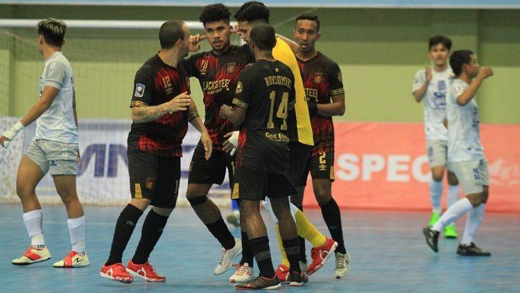Evan Soumilena celebra un gol del Black Steel Manokwari de Indonesia