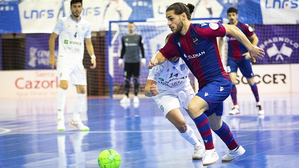Esteban, jugador del Levante UD FS, con el balón