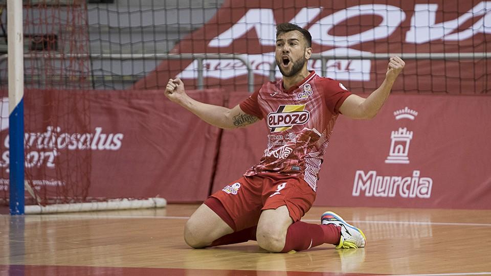 Rafa Santos, jugador de ElPozo Murcia Costa Cálida, festeja un gol.