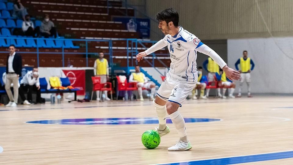 Miguel Muñoz, jugador de O Parrulo Ferrol, conduce el balón (Fotografía: Ismael Miján)