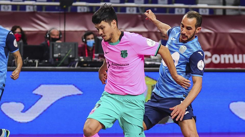Daniel, jugador del Barça, protege el balón ante Boyis, del Inter FS.