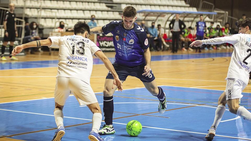 Diego Sancho, jugador del Bisontes Castellón, ante Dani Blanco, del JERUBEX Santiago Futsal.