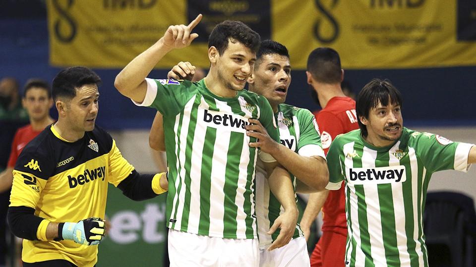 Los jugadores del Real Betis Futsal celebran un gol