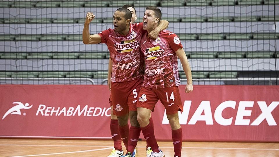 Los jugadores de ElPozo Murcia Costa Cálida festejan un gol.