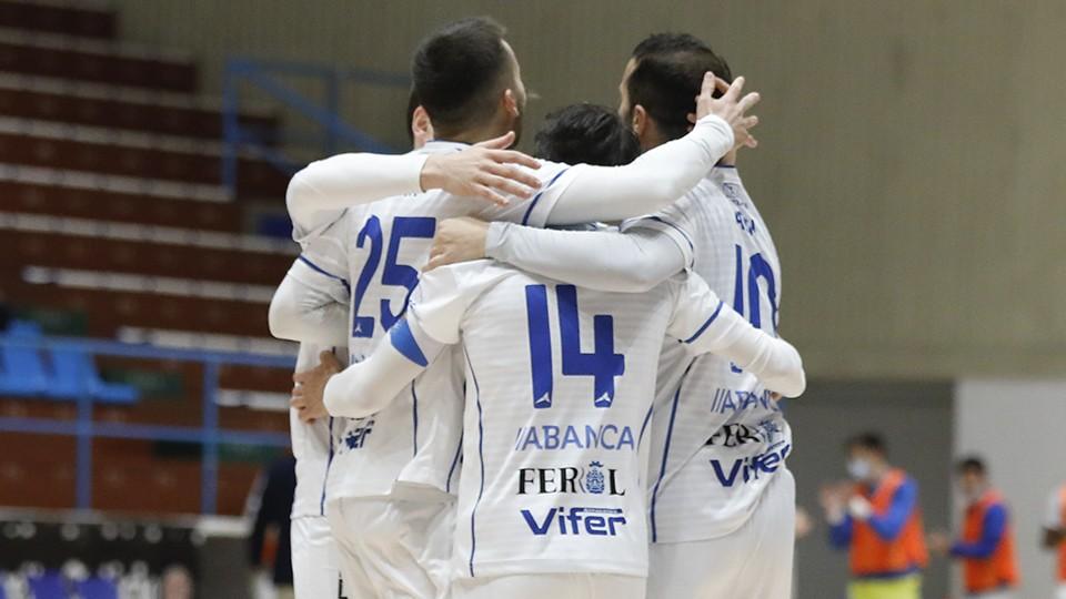 Los jugadores de O Parrulo Ferrol festejan un gol.