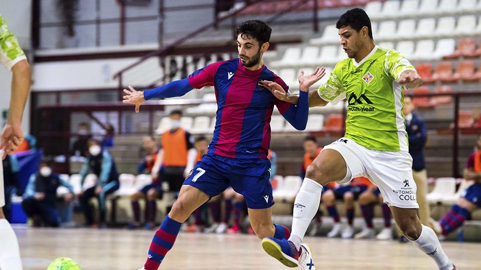 Rubi, jugador del Levante UD FS, pugna por el balón con Vilela, del Palma Futsal.