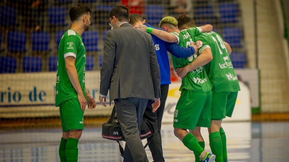 Fabinho, jugador del Osasuna Magna Xota, abandona la pista lesionado. (Foto: J.L. Gorria)