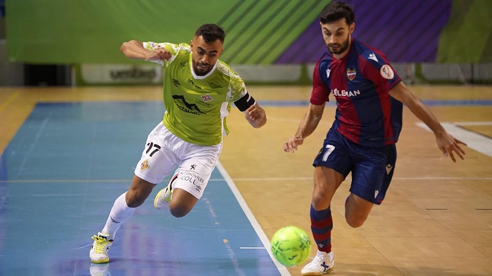 Diego Nunes, jugador del Palma Futsal, ante Rubi, del Levante UD FS.