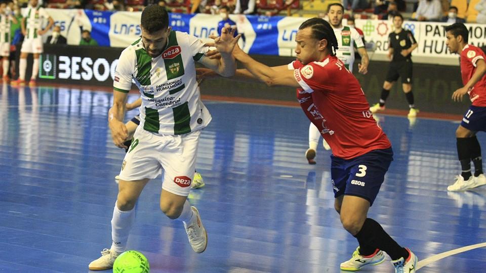 Saura, jugador del Córdoba Patrimonio de la Humanidad, ante Juninho, de Osasuna Magna Xota.