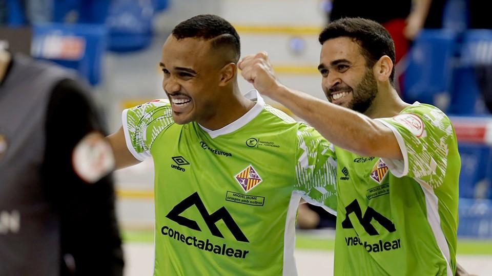 Higor y Tomaz, jugadores del Palma Futsal, celebran un gol.