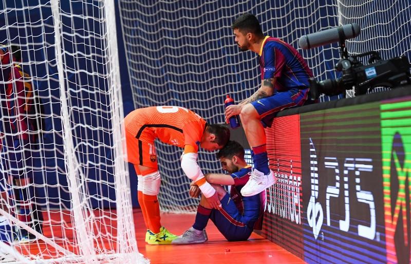 Dídac Plana consuela a Adolfo tras perder el Barça la final de la UEFA Futsal Champions League