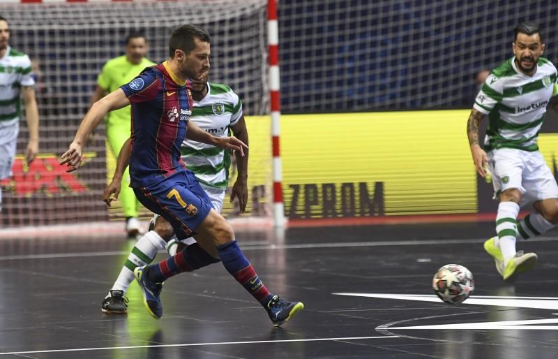 Dyego, del Barça, controla el balón ante la mirada de Joao Matos, del Sporting, en la final de la UEFA Futsal Champions League