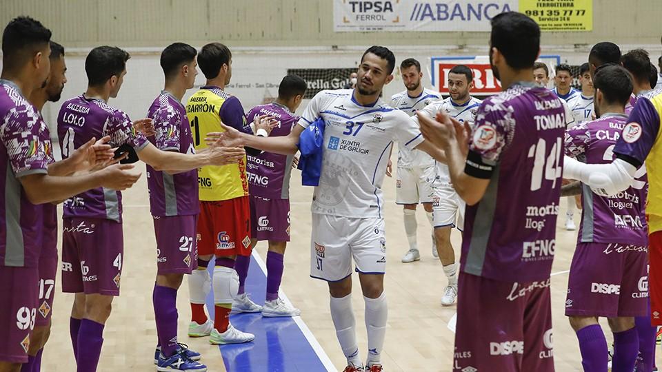 Los jugadores de Palma Futsal hacen el pasillo a O Parrulo Ferrol (Fotografía: Hugo Nidáguila / Instantes Momentos Fotográficos)