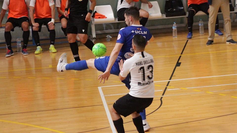 Manu Orellana, de la UA Ceutí, pugna con Otero, del Manzanares FS Quesos El Hidalgo, por el balón