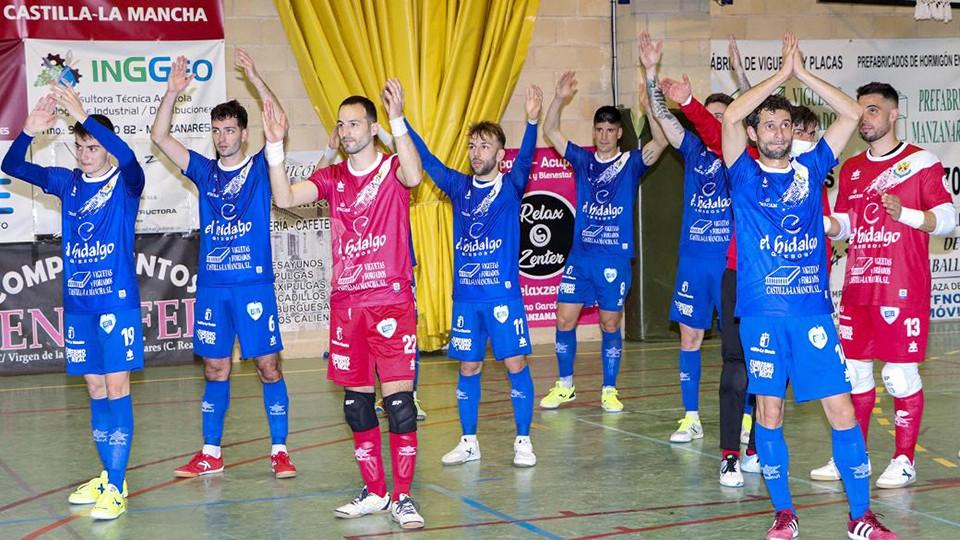 Los jugadores del Manzanares Quesos El Hidalgo saludan a su afición.