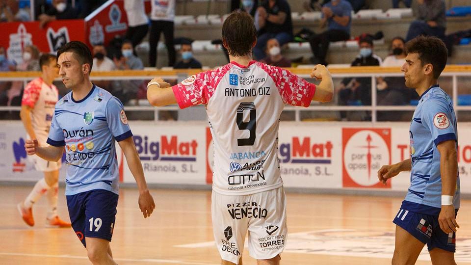 Antonio Diz, jugador del Noia Portus Apostoli, celebra un gol.