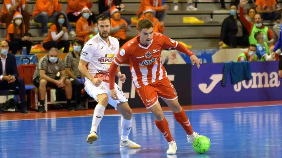 Andresito, de Jimbee Cartagena, con el balón ante Paradynski, de ElPozo Murcia Costa Cálida.