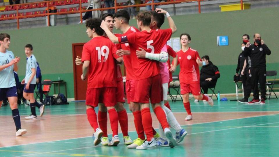 Los jugadores del Juvenil de la Academia Red Blue 5 Coruña celebran un gol.