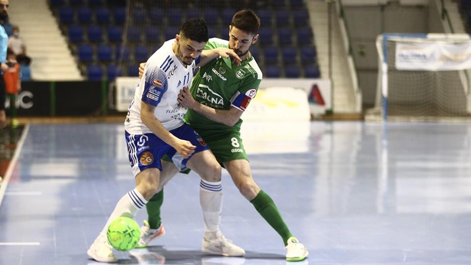 Dian Luka, de Fútbol Emotion Zaragoza, lucha por el balón con Roberto Martil, de Osasuna Magna Xota.