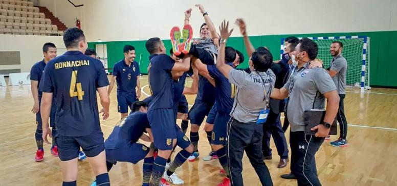 Los jugadores de Tailandia festejan con el seleccionador, Pulpis, la clasificación para el Mundial de Lituania