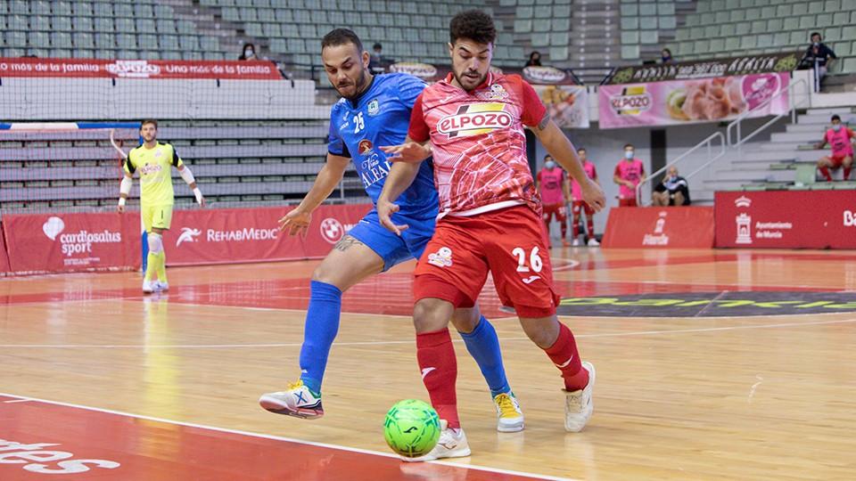 Matteus, jugador de ElPozo Murcia Costa Cálida, ante Matheus Preá, de Viña Albali Valdepeñas.