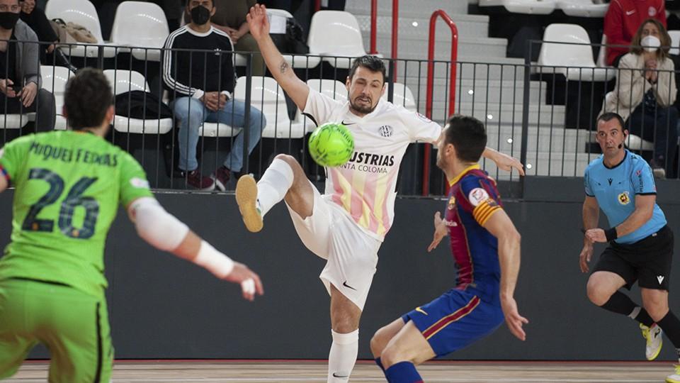 Bruno Petry, jugador de Industrias Santa Coloma, ante Dyego, del Barça.