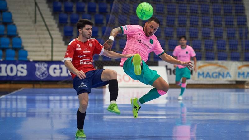 Dani Zurdo, del Osasuna Magna Xota, disputa el balón con Ximbinha, del Barça
