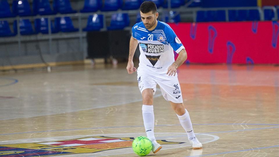 David Pazos, de Burela FS, controla el balón.