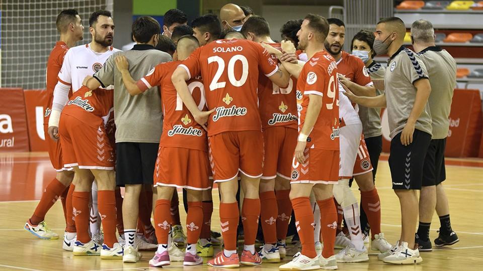 Los jugadores y el cuerpo técnico del Jimbee Cartagena hacen piña.