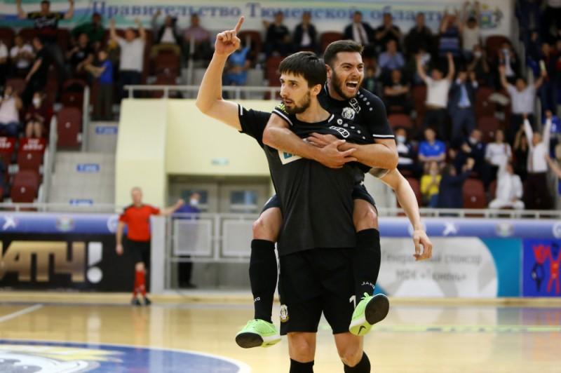 Antoshkin y Bruno Taffy celebran un gol con el Tyumen en la Superliga de Rusia