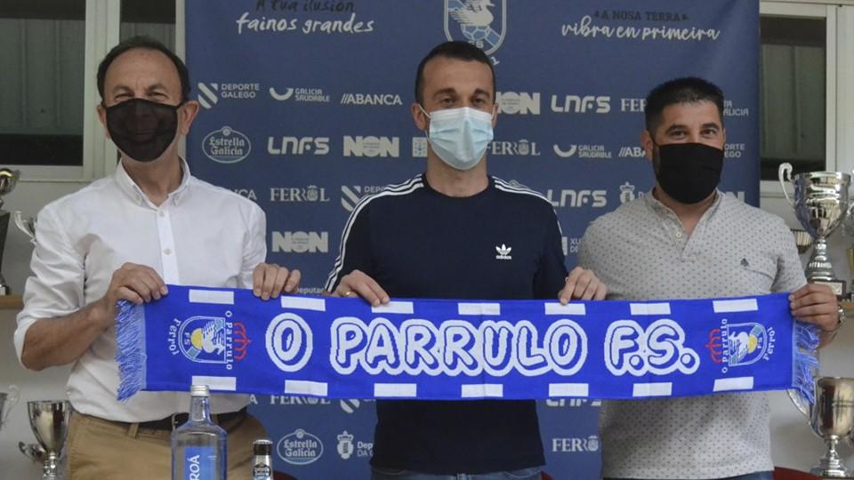 Julio Martínez, presidente de O Parrulo Ferrol, junto al jugador Adri y el director deportivo Iván López.
