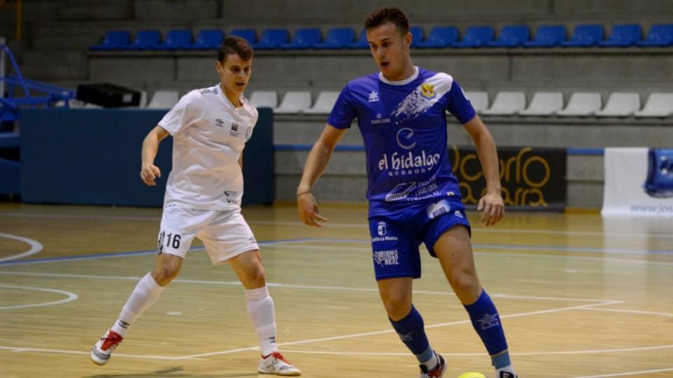 Daniel, jugador del Manzanares Quesos El Hidalgo, ante Ismael, del JERUBEX Santiago Futsal.