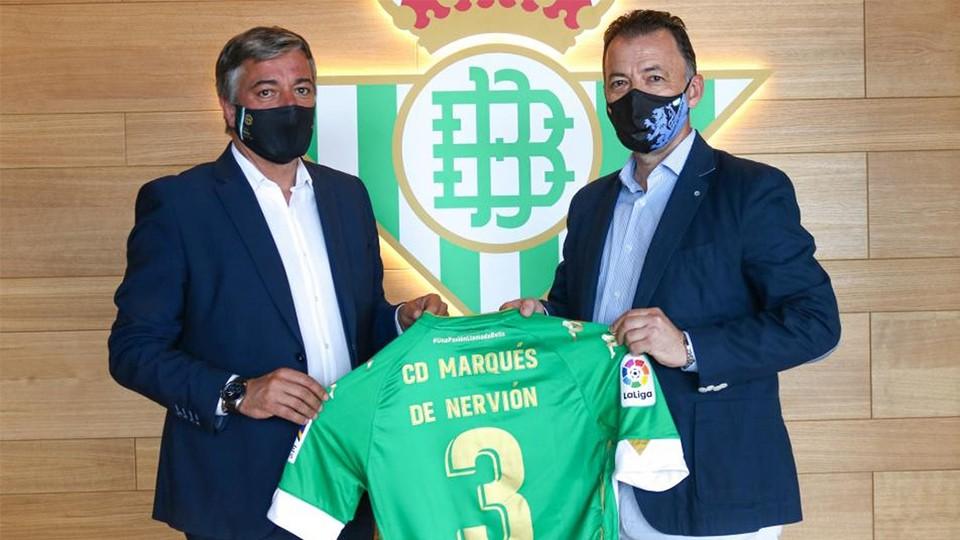 Pablo Vilches, responsable de secciones del Real Betis, junto a Julián Santos, presidente del CD Marqués de Nervión.