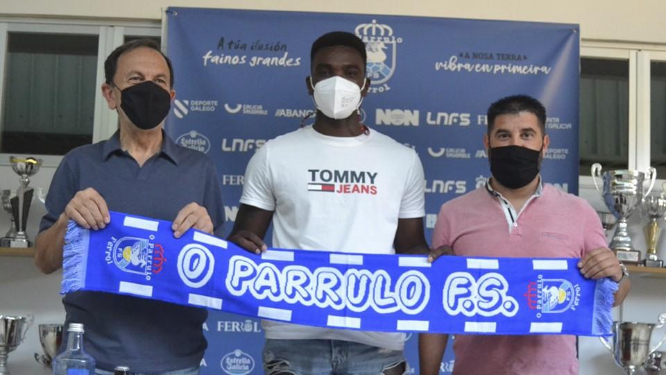 Julio Martínez, presidente de O Parrulo Ferrol, junto al jugador Hélder y el director deportivo Iván López.