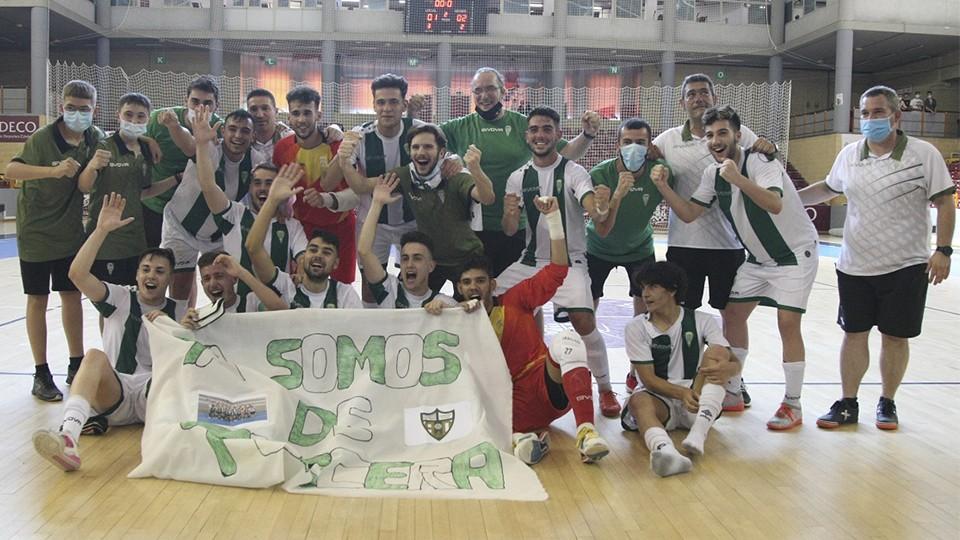 El filial del Córdoba Patrimonio de la Humanidad celebra el ascenso a Tercera División.