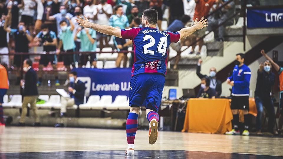 Pedro Toro, jugador del Levante UD FS, celebra un gol.