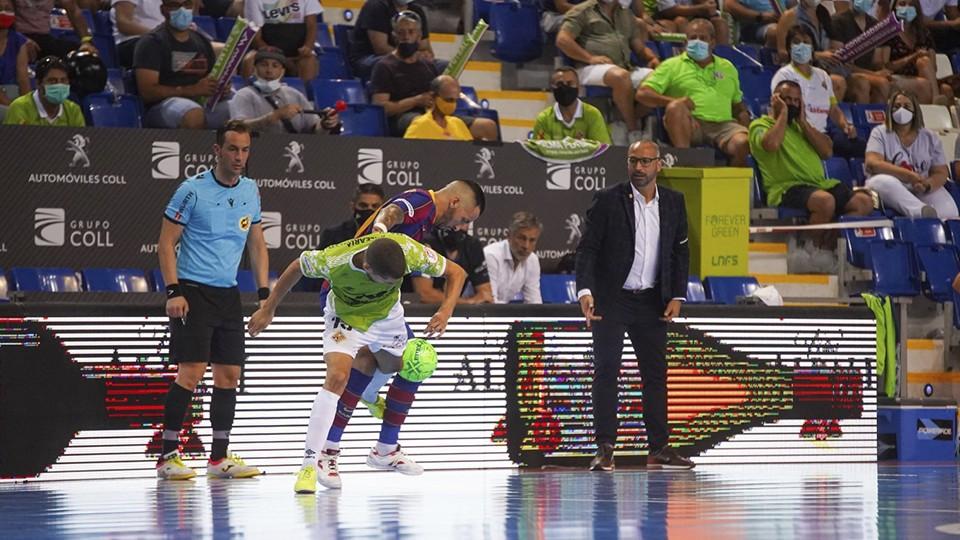 Vadillo, entrenador del Palma Futsal, observa una acción de juego.