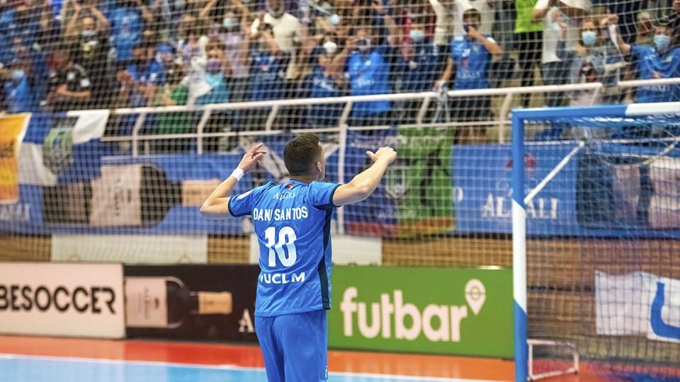Dani Santos, jugador del Viña Albali Valdepeñas, celebra un triunfo con la afición.