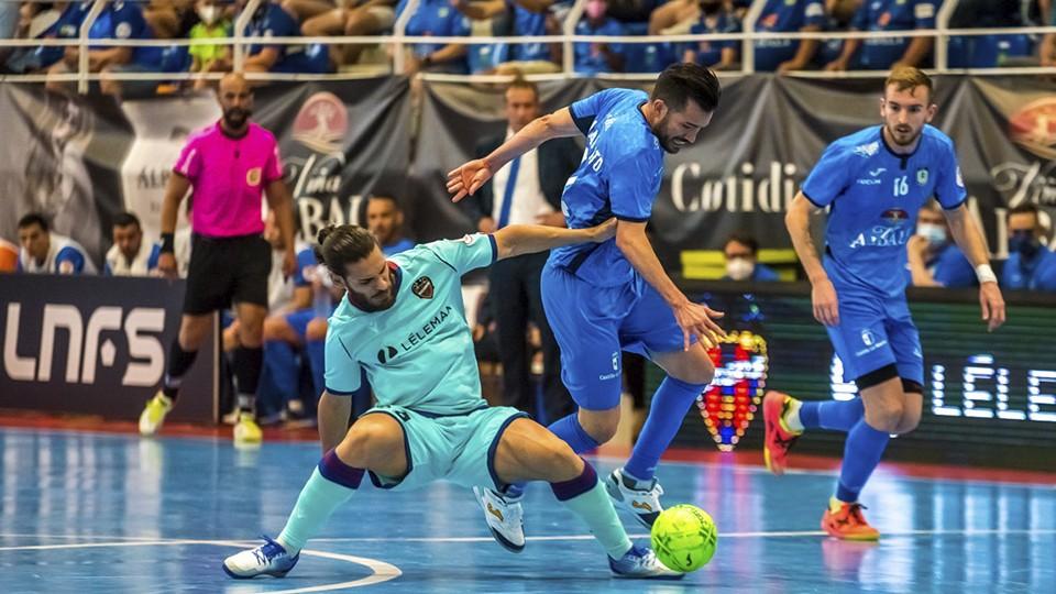 Esteban, del Levante UD, pelea por el balón con Rafael Rato, del Viña Albali Valdepeñas
