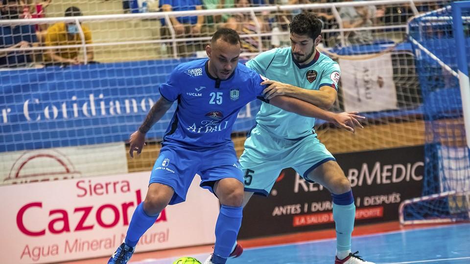 Matheus Preá, jugador del Viña Albali Valdepeñas, protege el balón ante Marc Tolrá, del Levante UD FS.