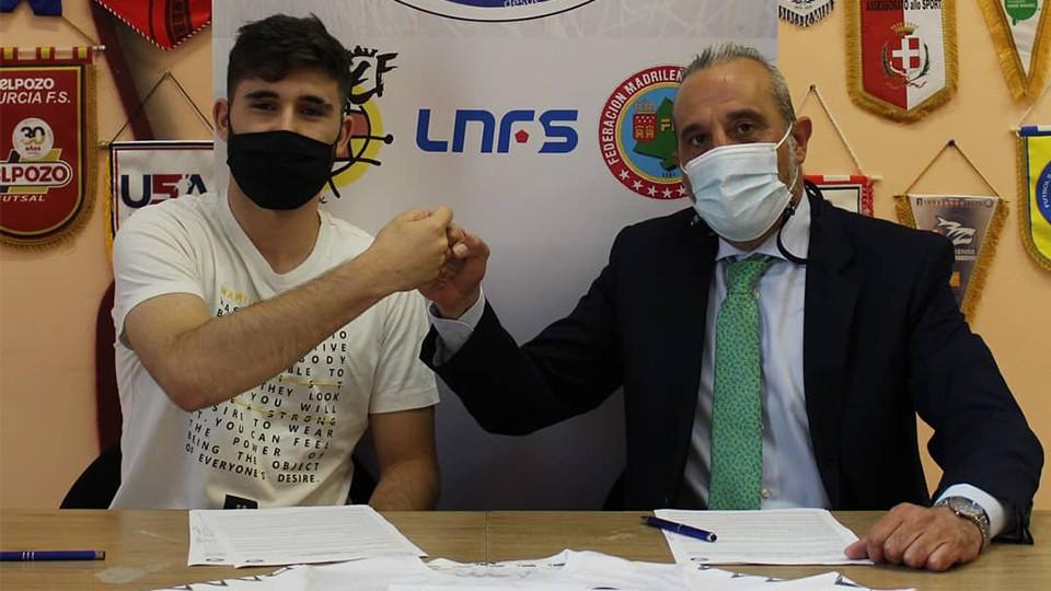 Mario Merino, jugador del Rivas Futsal, junto a Luis Moreno, presidente del club